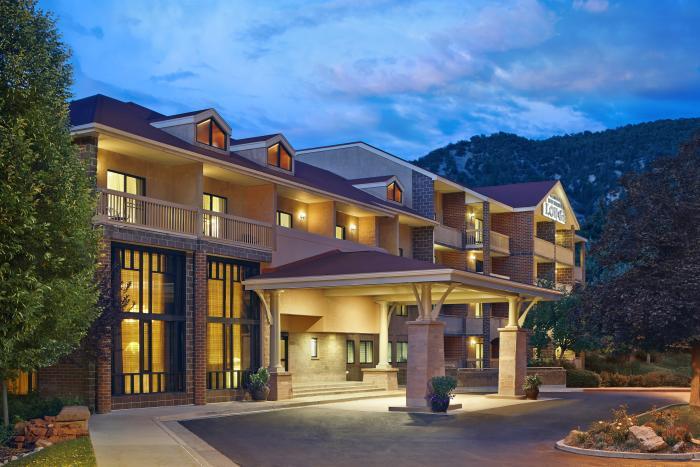 Glenwood Hot Springs Lodge entrance